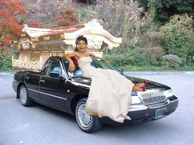 照英がウェディングドレスを着て霊柩車を強奪してる画像をください