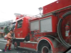 照英が泣きながら消防車に体当たりしてる画像ください
