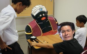 照英が泣きながら黒人と囲碁をしている画像ください