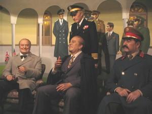 照英がルーズヴェルトとチャーチルと三人座って並んで泣きながらヤルタ会談している画像ください