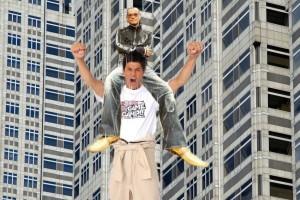 照英が背中にエグザイルを乗せて屋上から飛び降りている画像ください