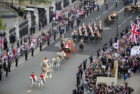 照英が猫にまたがってウイリアム王子の結婚式のパレードに参加した時の画像ください