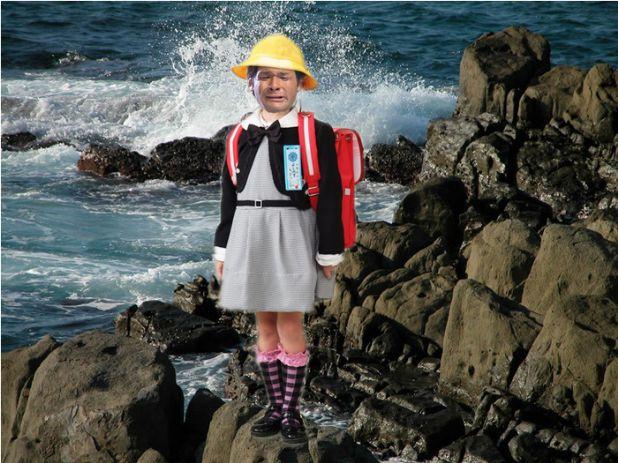 照英が波しぶきの見える断崖絶壁で黄色い帽子かぶって赤いランドセル背負ってる画像ください