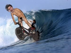 照英がフルチンで波にノってる画像ください