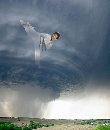 照英がハリケーンの中心で竜巻旋風脚やってる画像ください