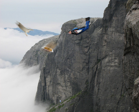 照英がムササビスーツ着て空を飛びながらペヤング食わされて泣いてる画像ください