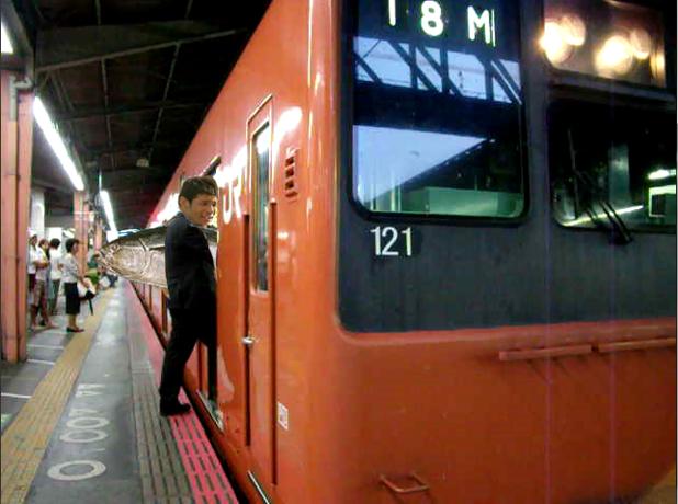 照英がマグロを担ぎながら西武新宿線に乗ろうとして ドアに引っかかってる写真 ください