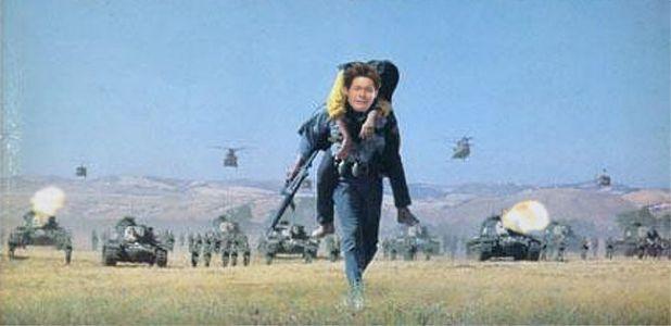 照英が撃たれながら戦車から逃げてる画像ください