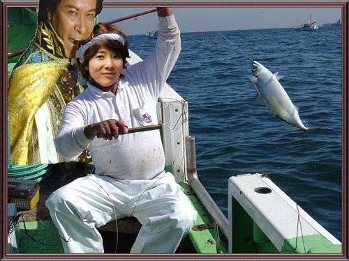 川越シェフが一本釣りしながら鹿賀丈史にかじられている画像ください