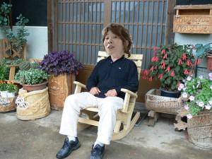 川越シェフがドヤ顔でロッキングチェアに座ってる画像ください